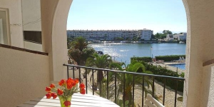 Apartment Sant Maurici 210 Empuriabrava is a 2-room apartment on 1st floor. It is located in the district of Lago San Mauricio, 3 km from the sea, 100 m from the lake.