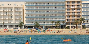 This hotel is situated right on the S'Abanell beach, the longest beach along the Costa Brava, just a 5 minute walk from the center of town of Blanes and close to the tourist areas. It is a fantastic destination for a family vacation, where you can combine the sun and the beaches with a warm friendly welcome and good quality service.
