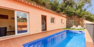 Located in Calonge, Villa Calonge 1 offers an outdoor pool. There is a full kitchen with a dishwasher and a microwave.
