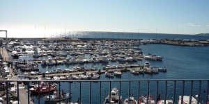 Offering beautiful views over Palamós Marina, Apartamentos la Catifa apartments come with 2 or 3 bedrooms. Centrally located, just 200 metres from the beach, all have free WiFi and free parking.