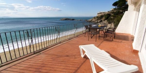 Agi Gaviota Villa is located in Roses. WiFi access is available in this holiday home.