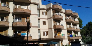 Apartamentos Eva is located in a quiet area of Lloret de Mar, 5 minutes' walk from the beach and seafront promenade. It offers an outdoor pool and apartments with a balcony.