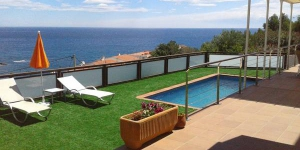 Offering an outdoor pool, Maison Cau Del Llop is located in Llanca. Free WiFi access is available in this holiday home.