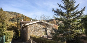 Set in a traditional stone building from Ripoll, Can Carles features a garden and terrace with barbecue facilities. The holiday home offers spacious and modern rooms with free WiFi throughout.