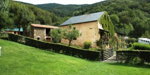 Featuring an outdoor pool, restaurant and green gardens with farm animals, Cruells is an 11th-century farmhouse located 1 km from Planoles and 10 minutes' drive from Ribes de Freser. The property offers heated rooms, studios and bungalows with garden views.