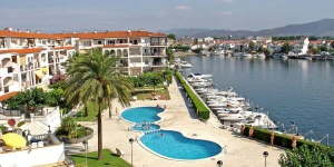 Located in Empuriabrava, Three-Bedroom Apartment Apartment Empuriabrava Girona offers an outdoor pool. The property is 500 metres from Windoor Realfly.