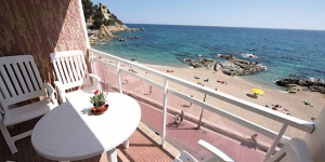 Stay in the Heart of Lloret de Mar  Set on the beachfront at Punta des Calafats, Apartamento Paseo Sa Caleta is located in Lloret de Mar. This 2-bedroom apartment features a private balcony with views of the sea.