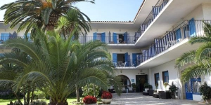 Bell Repòs is in the resort town of Platja d'Aro, a short  walk from the beach. A buffet breakfast, private parking and Wi-Fi are included for all rooms.