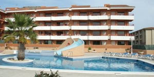 Located 400 metres from L'Estartit beach, Apartamentos familiares Sa Gavina Gaudí has an outdoor swimming pool with a slide. All the apartments feature a private balcony with street views.