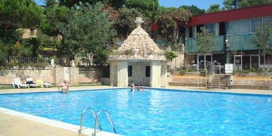 Domaine Résidentiel de Plein-Air King's campsite offers well-equipped bungalows surrounded by a forest. Located in Palamós, on the Costa Brava, it offers a seasonal outdoor swimming pool and a restaurant.