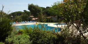 Bungalodge Sant Pol is located 5 minutes' walk from S'Agaró Beach in Sant Feliu dels Guixols. It offers an outdoor pool, mini golf course and bungalows with a private porch.