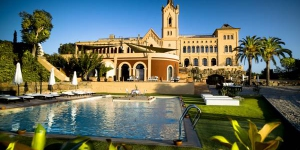 In a restored Modernista building, the luxury Hotel Sant Pere del Bosc offers a saltwater outdoor pool and paddle tennis court. The spa includes a water circuit and massage service.
