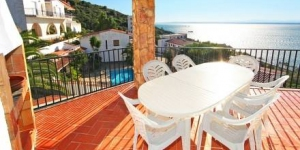 Offering stunning views of the Mediterranean Sea, Holiday House Joan Sarda is located 1.5 km from the beautiful town of Roses.