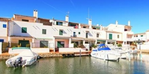 This house has a private terrace with great views over Empuriabrava's marina, a large complex of interconnecting canals. It has a spacious lounge with parquet floors, sofas and a TV.