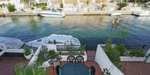 This stylish and spacious, 3-storey house is set overlooking the water in the Port Currica area of the Empuriabrava Canals. It offers a furnished terrace with scenic views and space to moor a small boat.