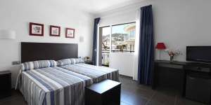 Set in the centre of Tossa de Mar, Hotel Marblau Tossa is just 250 metres from Platja Gran Beach. It offers bright, spacious rooms with a balcony and a fan.
