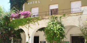 This charming, family-run hotel is located in the centre of Portbou, just 50 metres from the beach. It offers a garden and free Wi-Fi, 5 minutes' drive from the French border.