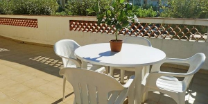 Apartment Sant Mori 14 Empuriabrava is a 3-room apartment 50 m2 located on the 1st floor. The apartment features a living/dining room with TV.