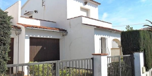 This is a three room terraced house 60 m2 on 2 levels, 2 km from the centre of L'Escala. There is an entrance hall with TV.