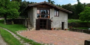 Located within the Garrotxa Volcanic Zone Nature Reserve, Can Janot is a restored straw loft set 5 km from Olot. This country house offers a terrace and views of the Pyrenees.