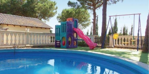 Offering an outdoor pool, Holiday home c/Xaloc is located in Maçanet de la Selva. The accommodation will provide you with a balcony and a seating area.
