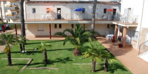This self-catering accommodation is located in Platja d'Aro, 250 metres from the beach.  Apartaments Ocean offers free WiFi as well as a garden with barbecue facilities and a terrace.